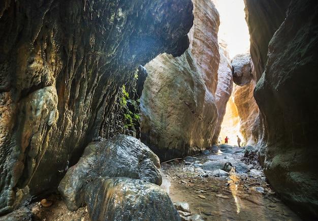 Турист в ущелье авакас. район пафос, кипр. знаменитый небольшой каньон на острове сун на кипре.