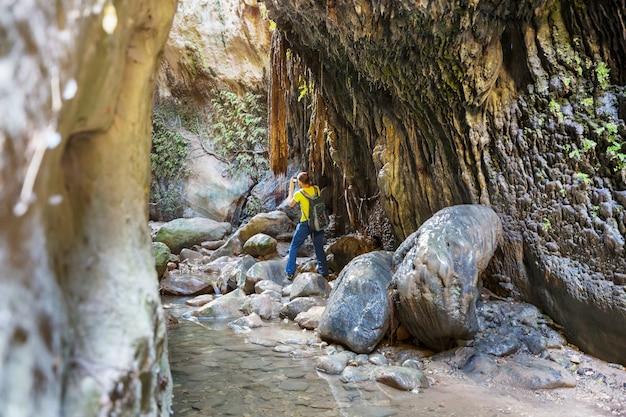 Турист в ущелье авакас. район пафоса, кипр. знаменитый небольшой каньон на острове сун на кипре.
