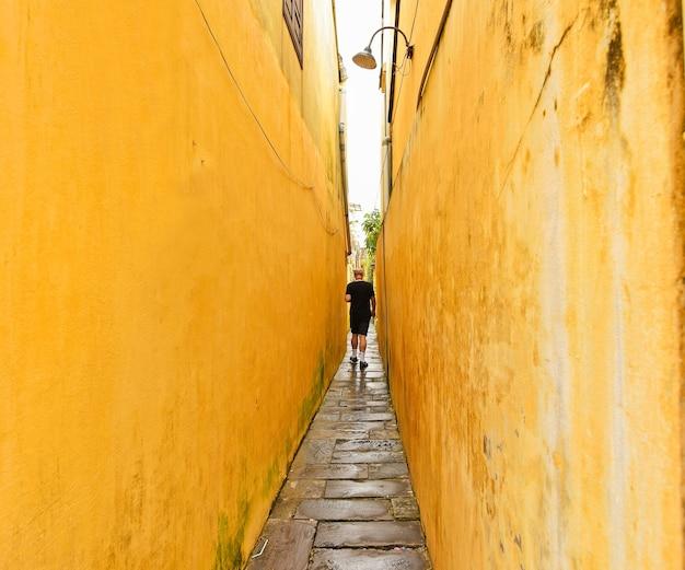 Турист в древнем городе хой