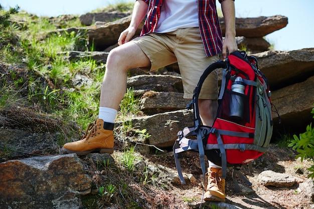 관광 여행 배낭 바위 신발 프리미엄 사진