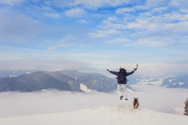 Турист прыгает с горы