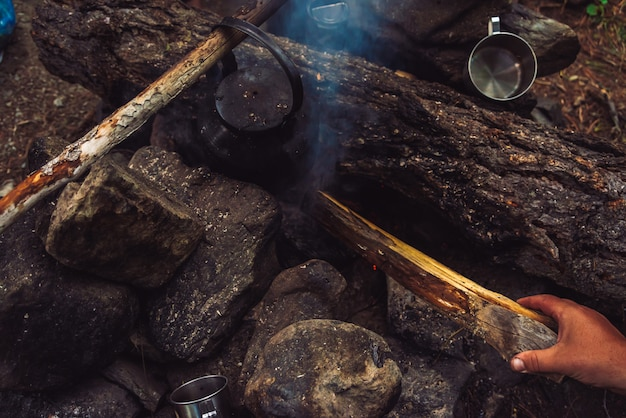 Турист разжигает костер