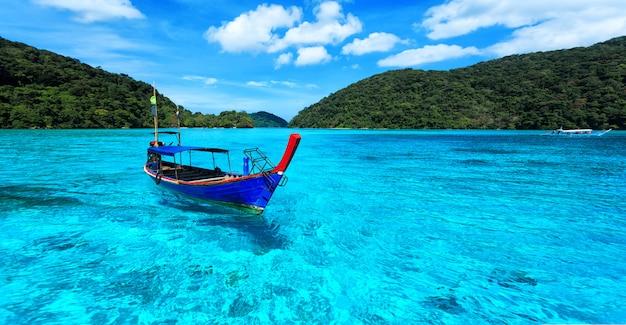 Туристический длинный хвост лодки на море на острове сурин
