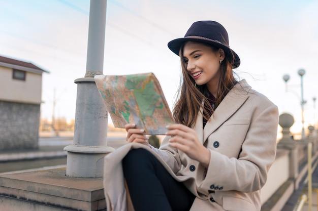 Турист смотрит на карту города.