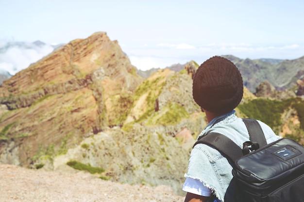 山の頂上に観光客の男性ハイカー
