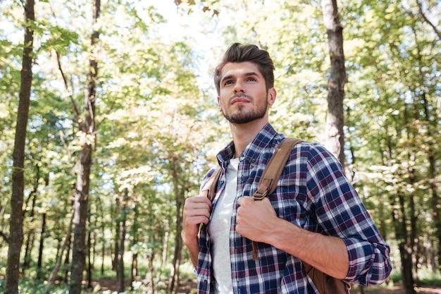 숲에서 관광 남자입니다.