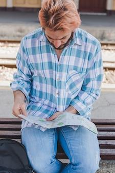 Uomo turistico che guarda la mappa