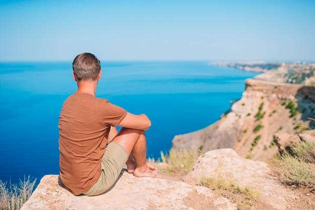 Туристический человек на открытом воздухе, наблюдая за видом