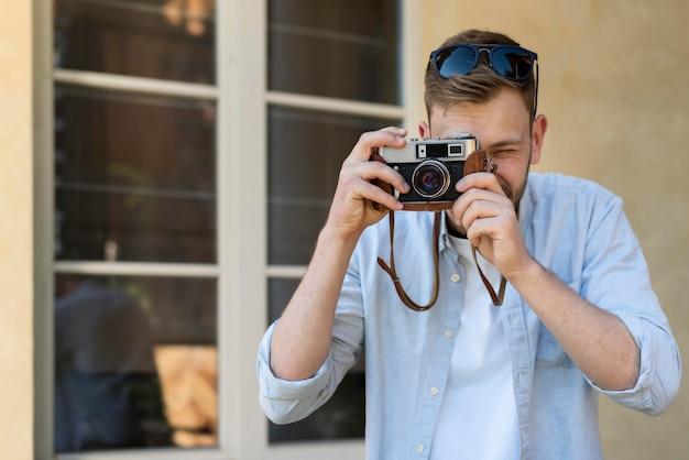 写真を撮る観光男