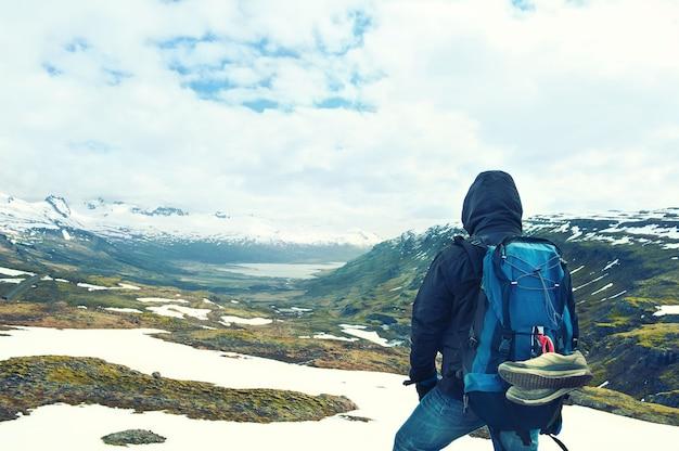 バックパックと山の頂上観光客