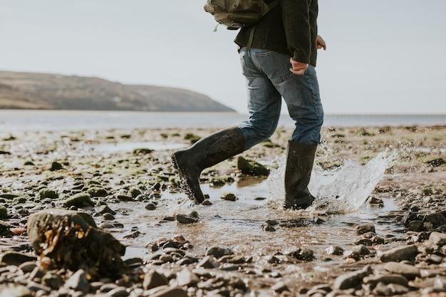 ビーチを歩く観光客の男