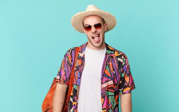 陽気でのんきな、反抗的な態度、冗談を言ったり、舌を突き出したり、楽しんでいる観光客の男