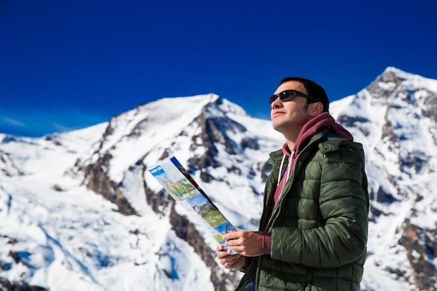 雪山を背景に観光客