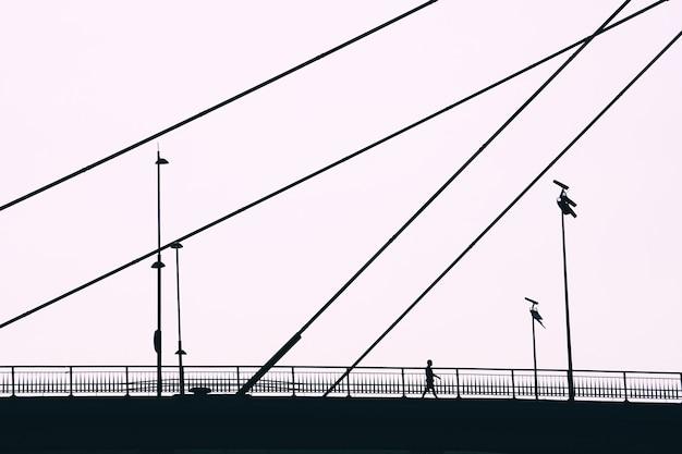 스페인 빌바오시를 방문하는 다리에 관광