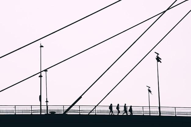 スペイン、ビルバオ市を訪れる橋の上の観光客