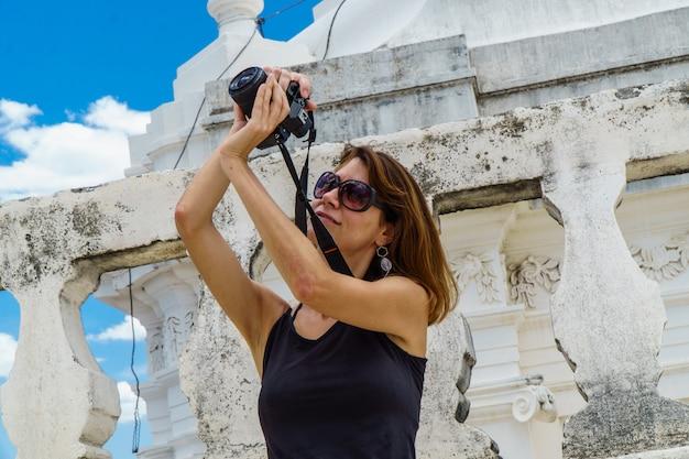 ニカラグア、レオンの大聖堂の屋根の上の観光写真家