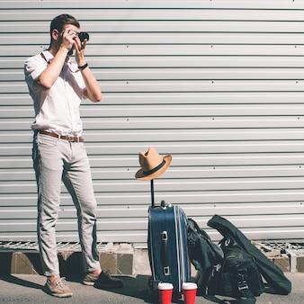 Туристическая фотография. путешественник делает фотографии, чтобы вспомнить свое приключение во время перерыва на кофе. концепция новых впечатлений и счастливых воспоминаний