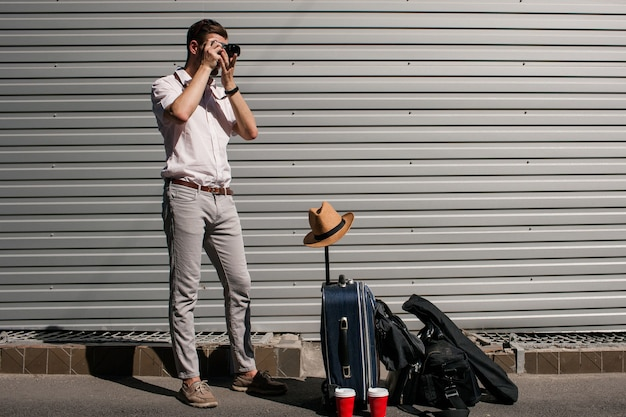 Туристическая фотография. путешественник фотографирует, ожидая возвращения своего партнера. концепция новых впечатлений и счастливых воспоминаний