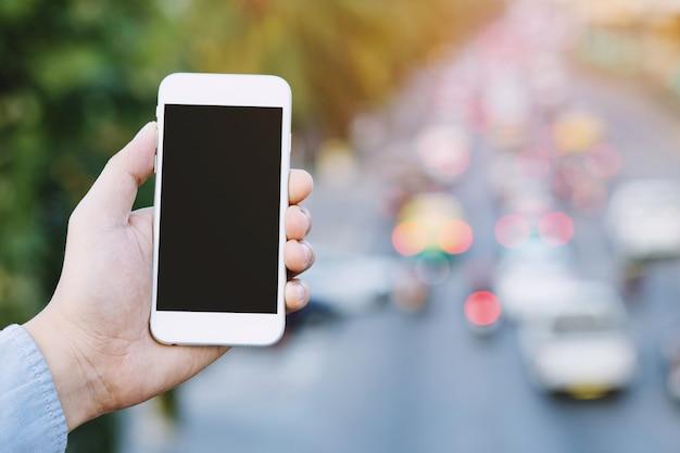 画面のスマートフォンで観光客の人差し指