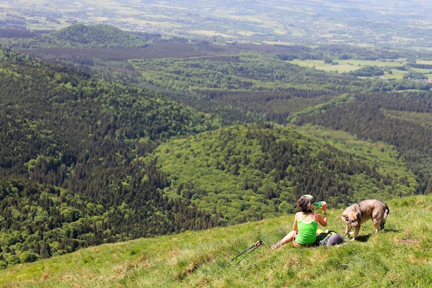 Туристический отдых и наблюдение за пейзажем