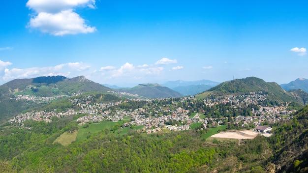 Туристический курорт сельвино на севере италии между долиной брембана и долиной сериана.