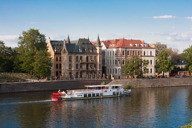 ポーランド、ヴロツワフのオドラ川の観光船