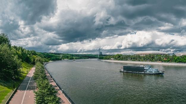 川に浮かぶ観光船。モスクワ川とスズメの丘のパノラマビュー。