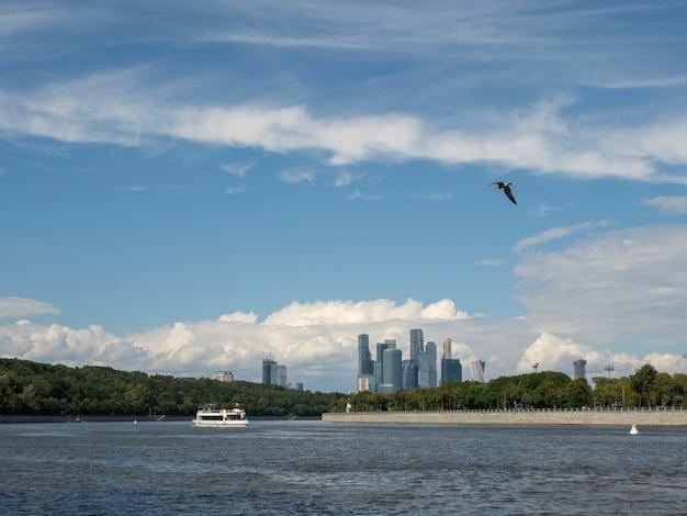 모스크바 강과 참새 언덕의 강보기에 떠있는 관광 배