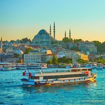 저녁, 터키 이스탄불의 골든 혼에 있는 관광선
