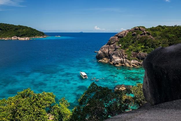 夏のターコイズブルーの海水でサンゴ礁でシュノーケリングをする観光客シミラン島パンガー