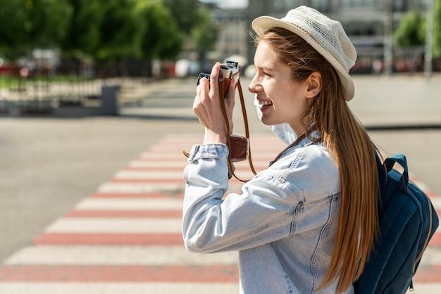 横断歩道に立って写真を撮る観光客