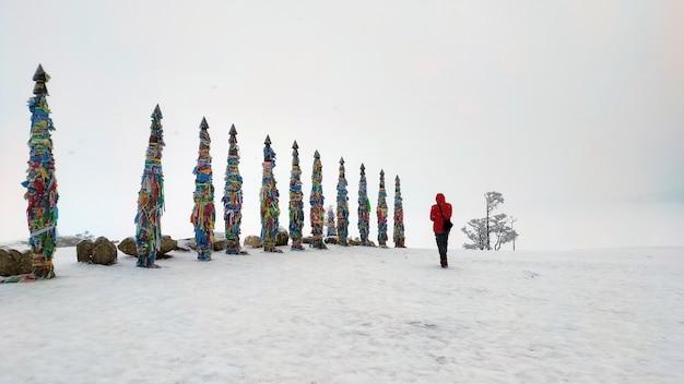 겨울에 러시아 바이칼 호수의 올혼 섬에 있는 케이프 부르한에 관광객이 서 있다