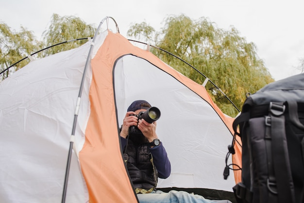 彼のデジタル一眼レフカメラで写真を撮る観光客。