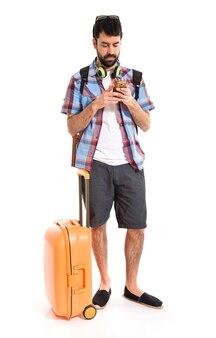 Turista parlando al cellulare