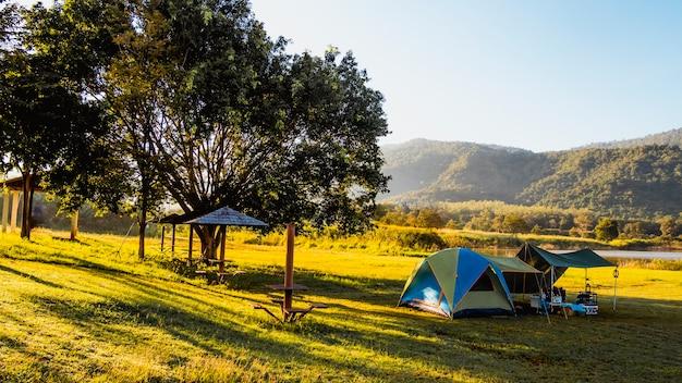 湖、カオヤイ国立公園、タイの近くの山でキャンプする観光テント