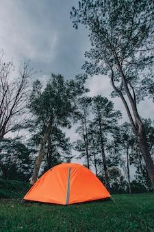 山でキャンプする観光テント