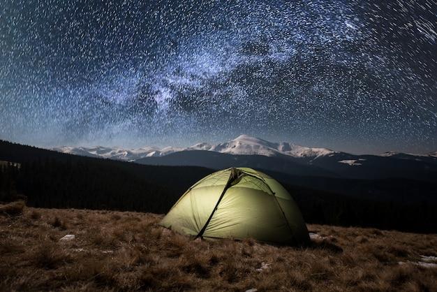 밤에 땅에 관광 텐트