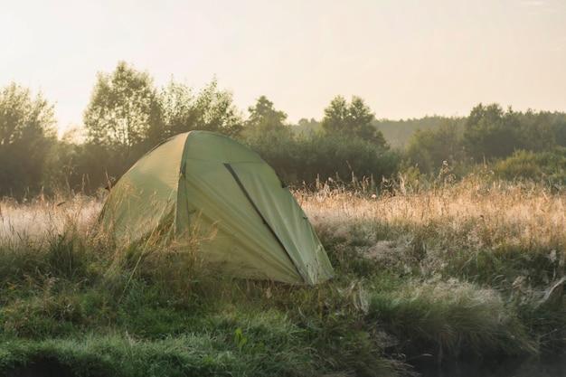 일출 때 자연을 배경으로 한 관광 텐트.