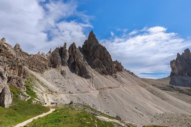 Туристическая тропа у горного хребта в природном парке тре чиме. южный тироль, италия