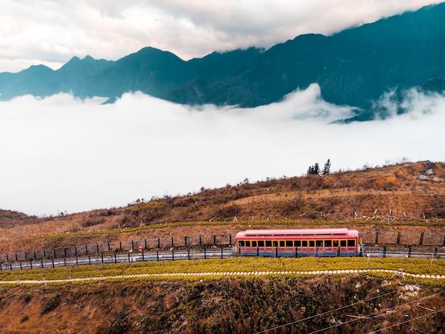 サパ市の観光トラムからファンシパン山、ファンシパントラム、サパ、ラオカイ、ベトナムへ。雲の上の山の高い霧の中で赤い電車の車