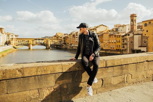 フィレンツェの街並みを眺めながらイタリアを旅する観光客。