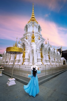 タイ、チェンライのワットクアクレに訪れる観光客