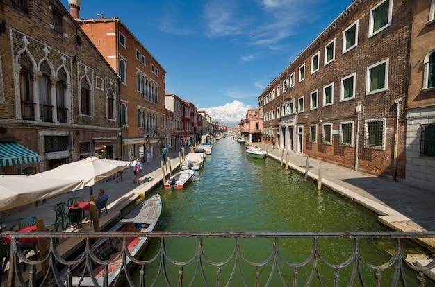 イタリア、ベニスの有名なムラーノ島を訪れる観光客。