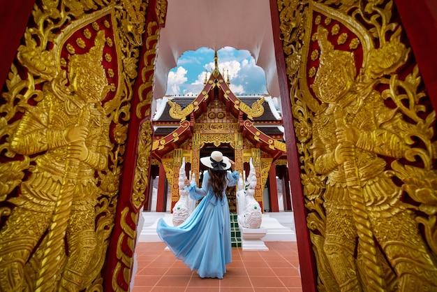 Turista in visita al wat khua khrae a chiang rai, thailandia
