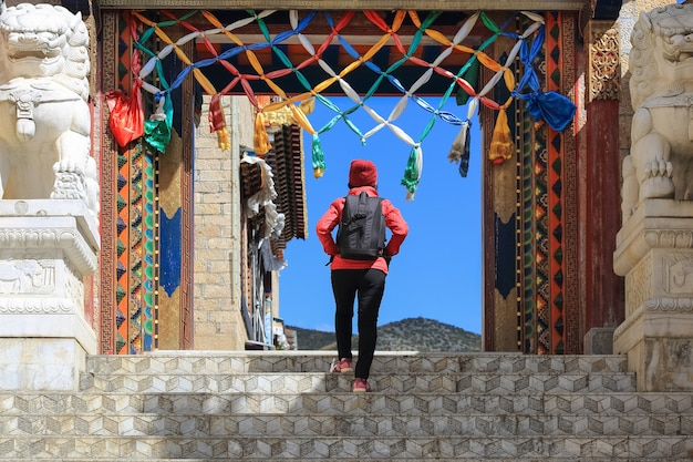 Туристическая прогулка по храму сунцзанлинь в шангрила чжундянь юньнань, китай