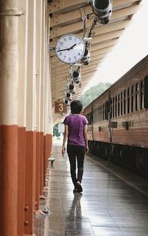 タイ、チェンマイ県のチェンマイ駅を歩く観光客。