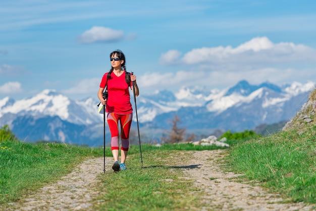 Туристическая прогулка по горной дороге с заснеженными горами вдали