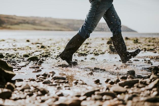 ウェールズのビーチサイドトレイルを歩く観光客