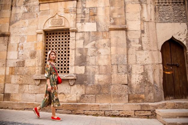 観光客は東部の街を散歩し、週末に休憩します
