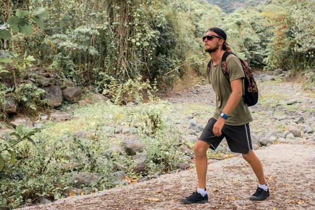 観光客は石を歩く
